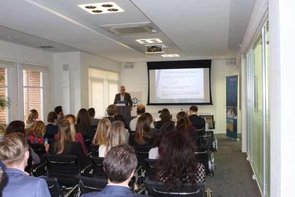 Dr. Shemtov, Director of Queen Mary Intellectual Property Research Institute,  tijdens een lezing voor de Young Members op 9 november 2018